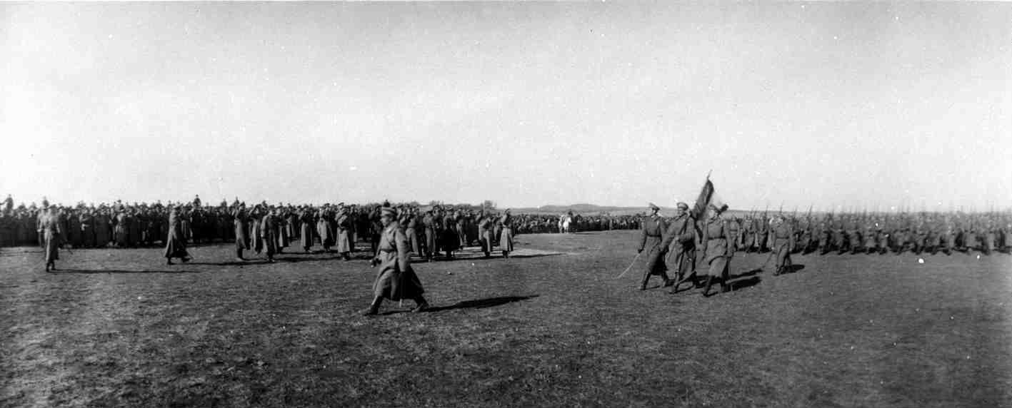 1915. Прохождение мимо Николая II частей войск пехоты в посещенной им прифронтовой полосе