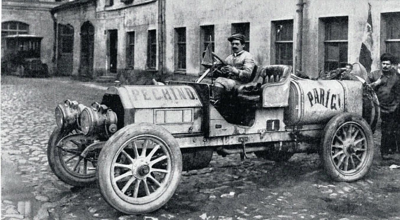 1907. Механик Этторе Гуиццарди в автомобиле Итала