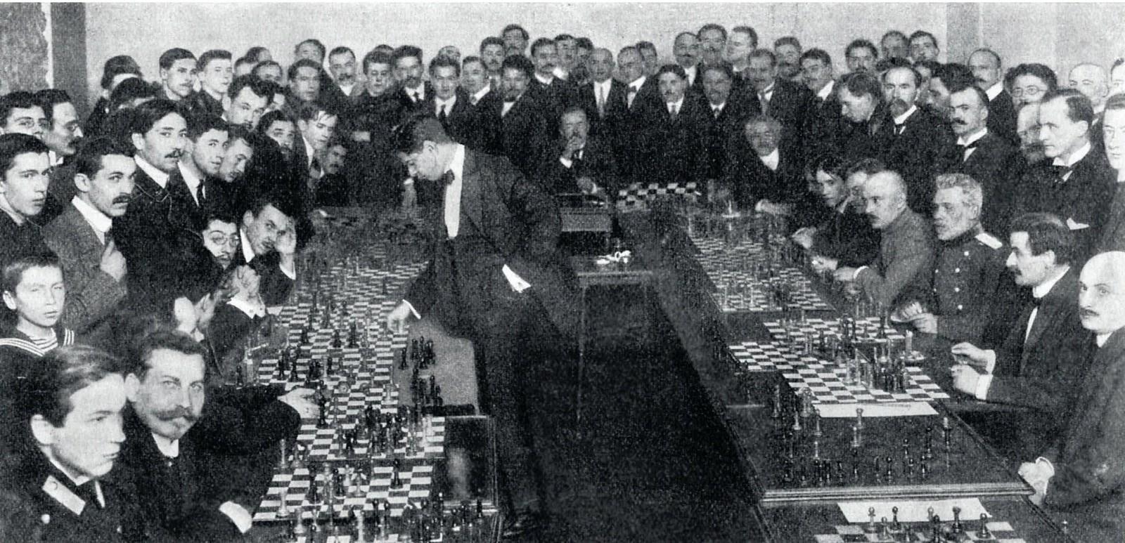 1913. Хосе Рауль Капабланка-и-Грауперра дает сеанс одновременной игры в С-Петербургском Шахматном собрании