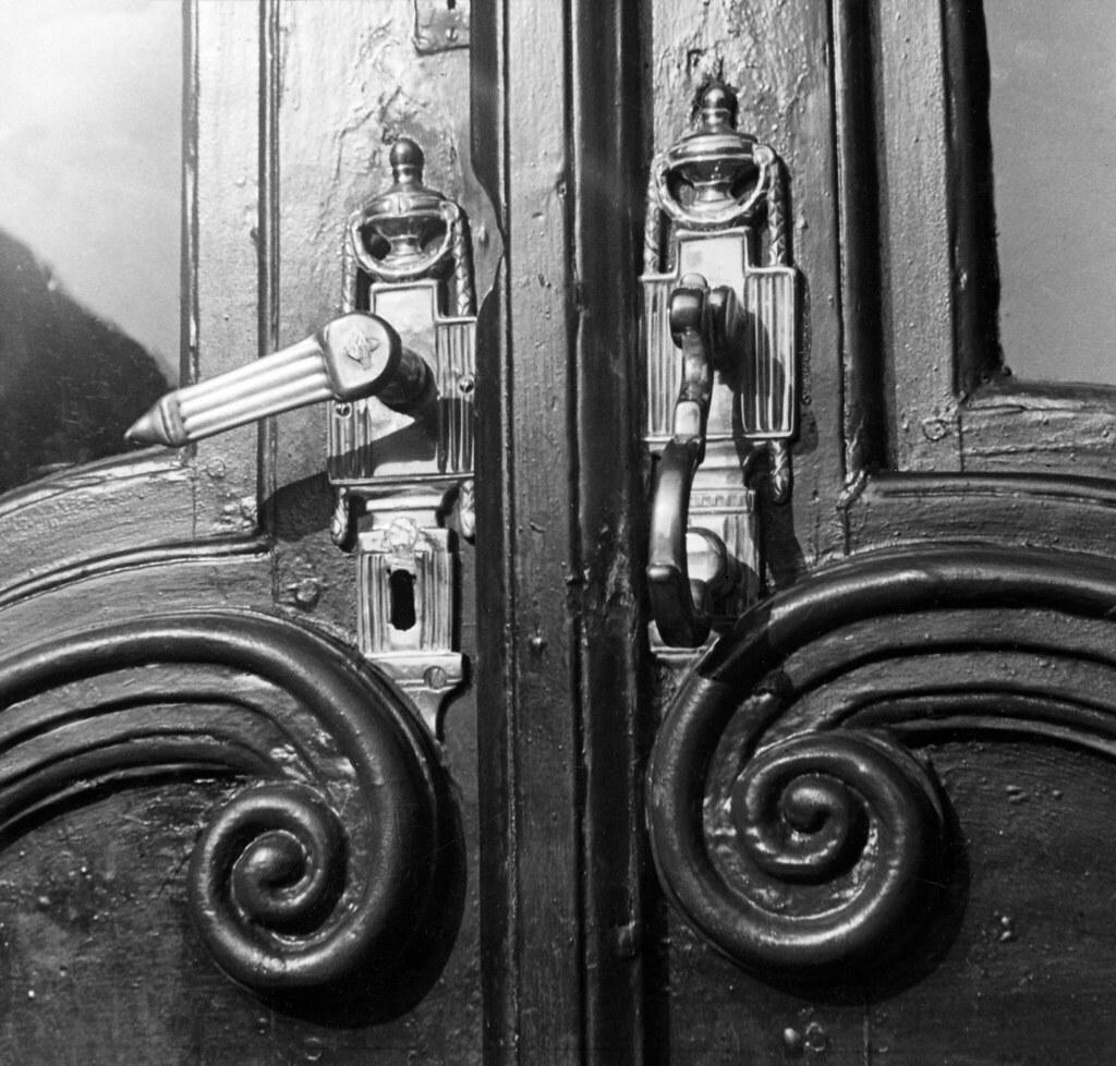 17. Медная дверная ручка и молоток,