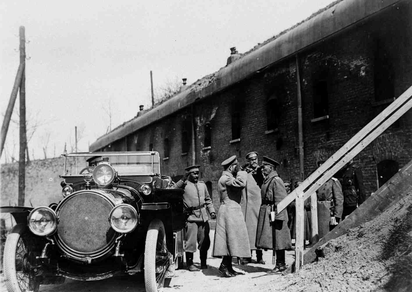 1915. Николай II принимает рапорт от коменданта крепости, генерала Дельвига на форту № 1. Перемышль 9-12 апреля