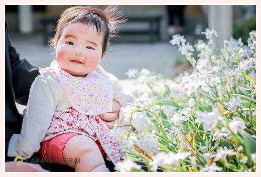 生後6か月の女の子 お花の前でニッコリ笑顔 2021年春