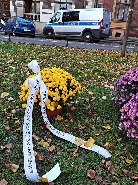 Kwiaty pod siedzibą PiS