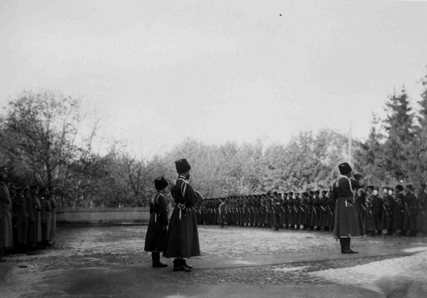 1915. Николай II с наследником перед собственным своим конвоем в составе в Могилеве на плацу