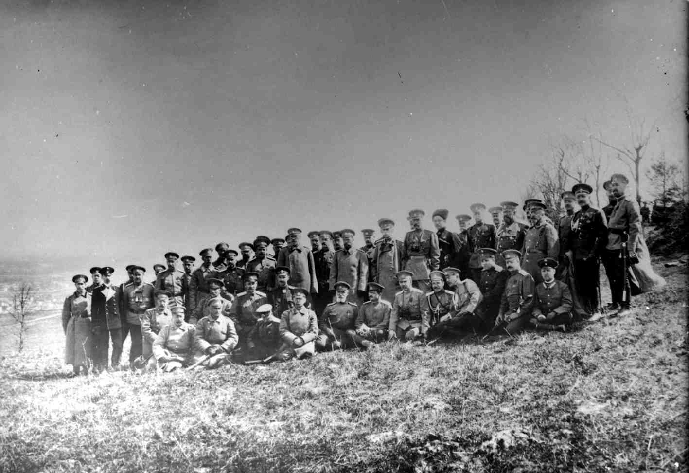 1915. Николай II в группе штабных офицеров на австрийском фронте. Перемышль, 11 апреля