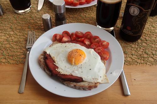 Rinder-Fleischkäse mit Spiegelei auf frischem Roggenmischbrot (mein Teller)