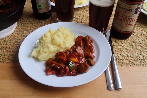 Wurstgulasch (mit Bärlauchbratwurst, scharfe Salami und Paprika) zum Kartoffelstampf (meine Portion)