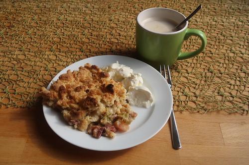 Rhabarber-Apfel-Crumble mit Schmand in Kaffeepause