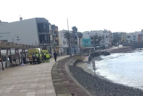 Efectivos de la Guardia Civil y la Policía Local de Agüimes custodian el cadáver del pescador