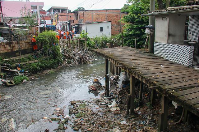 04.05.21 - Prefeitura revitaliza ponte de madeira no bairro Alvorada