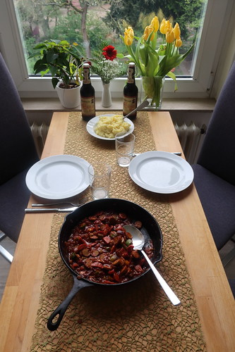 Wurstgulasch (mit Bärlauchbratwurst, scharfe Salami und Paprika) zum Kartoffelstampf (Tischbild)
