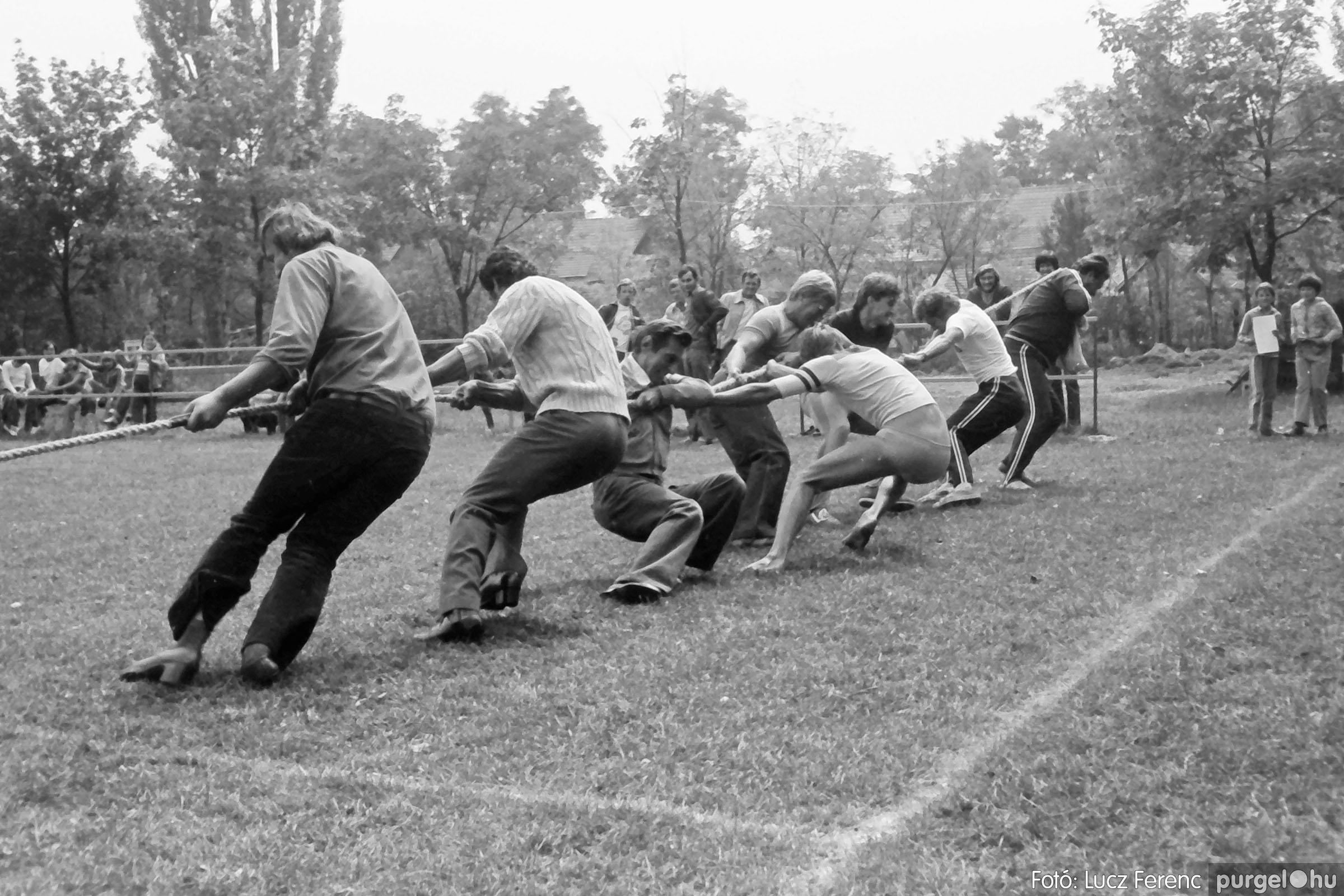 116. 1978. Kötélhúzás a sportpályán 008. - Fotó: Lucz Ferenc.jpg