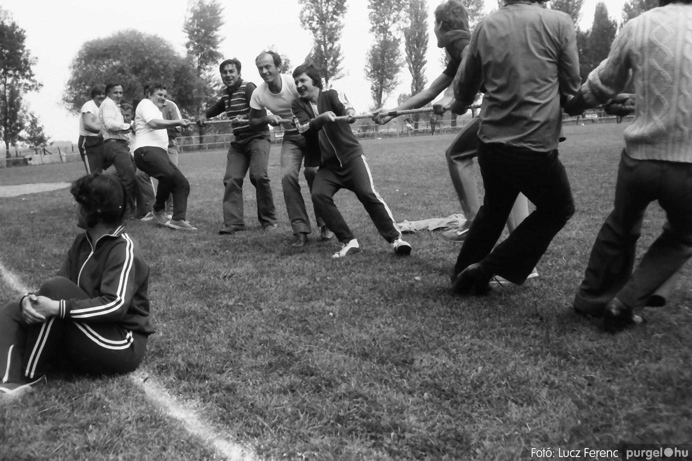 116. 1978. Kötélhúzás a sportpályán 007. - Fotó: Lucz Ferenc.jpg