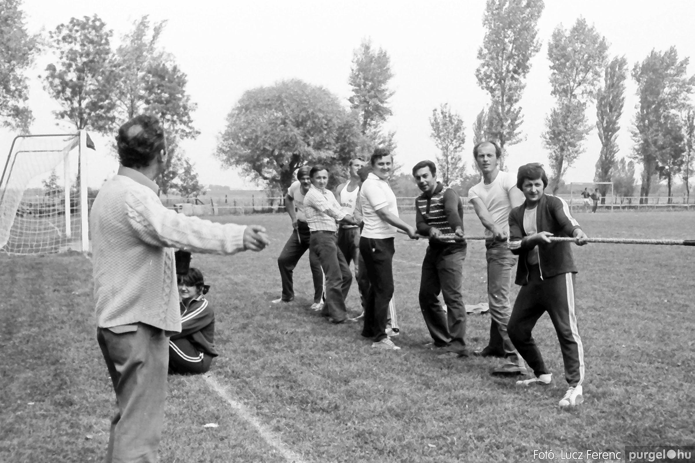 116. 1978. Kötélhúzás a sportpályán 003. - Fotó: Lucz Ferenc.jpg