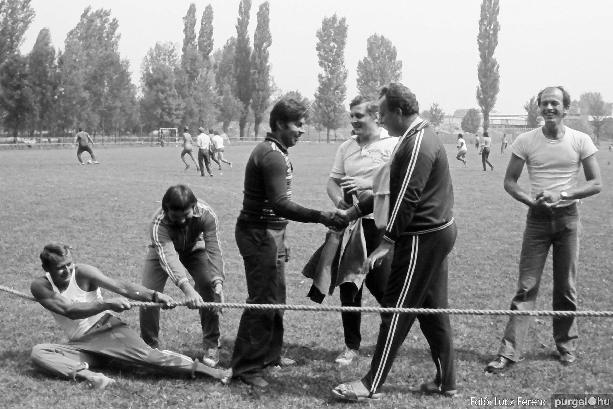 116. 1978. Kötélhúzás a sportpályán 009. - Fotó: Lucz Ferenc.jpg