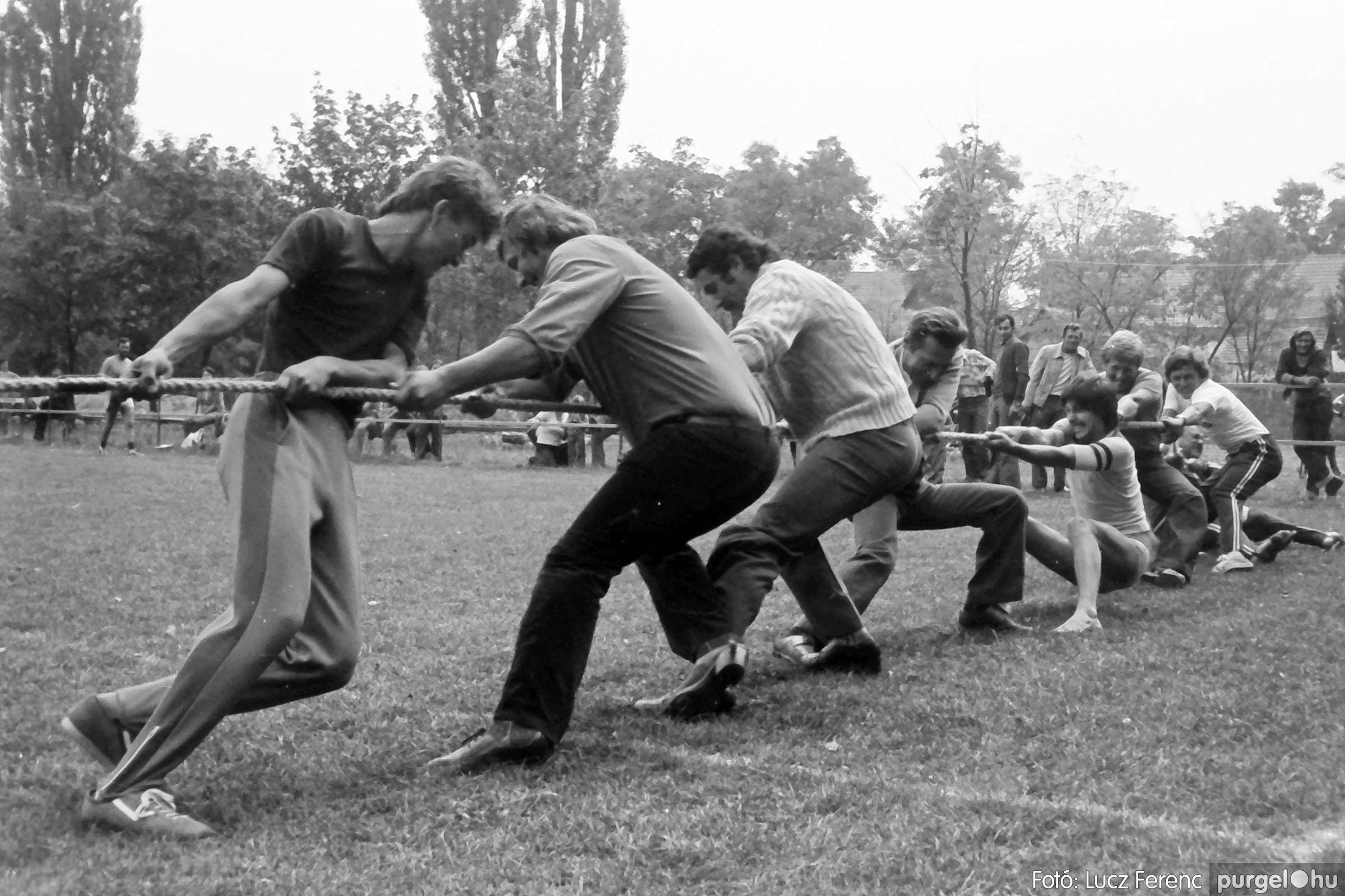 116. 1978. Kötélhúzás a sportpályán 006. - Fotó: Lucz Ferenc.jpg
