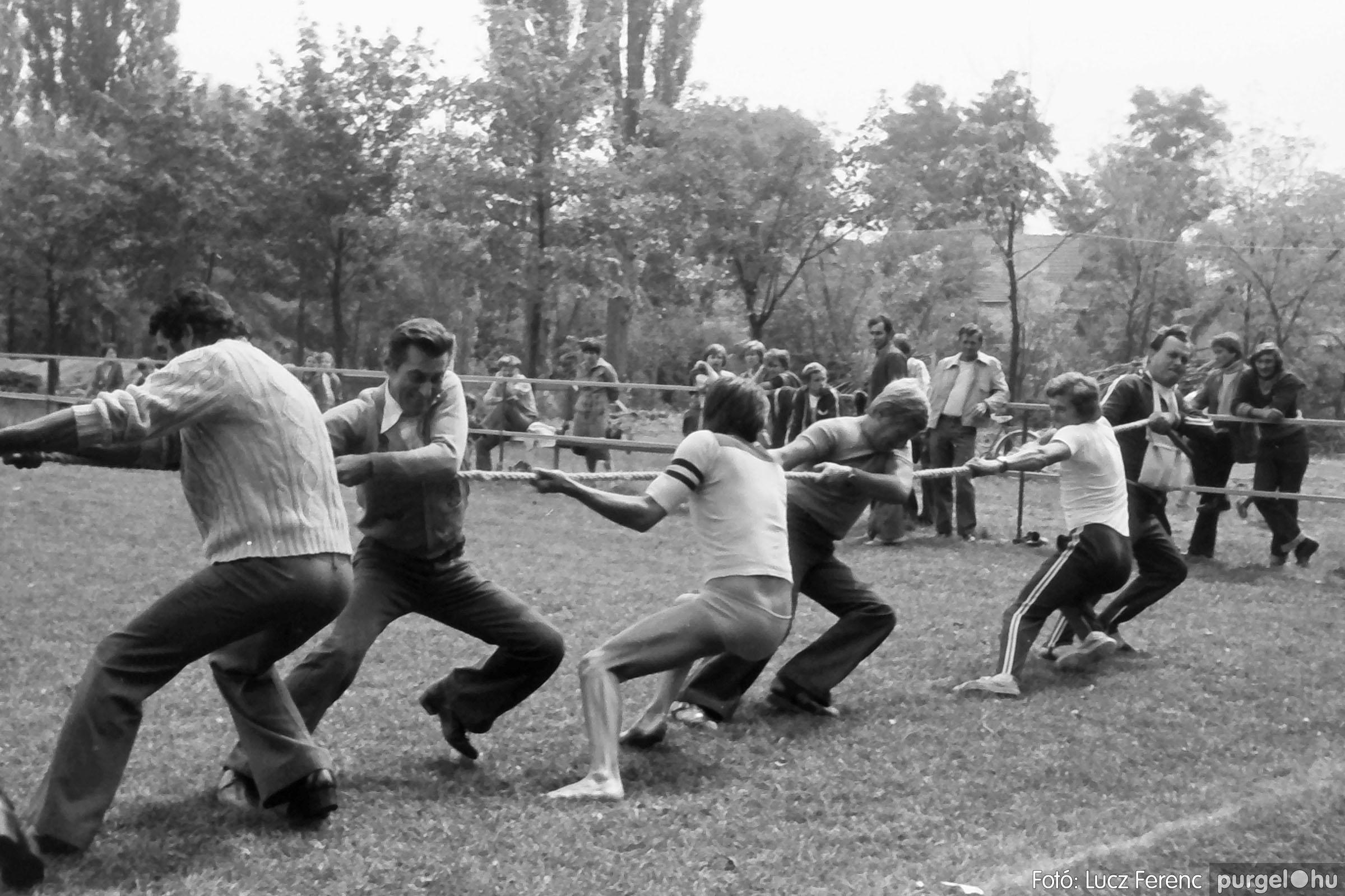 116. 1978. Kötélhúzás a sportpályán 004. - Fotó: Lucz Ferenc.jpg