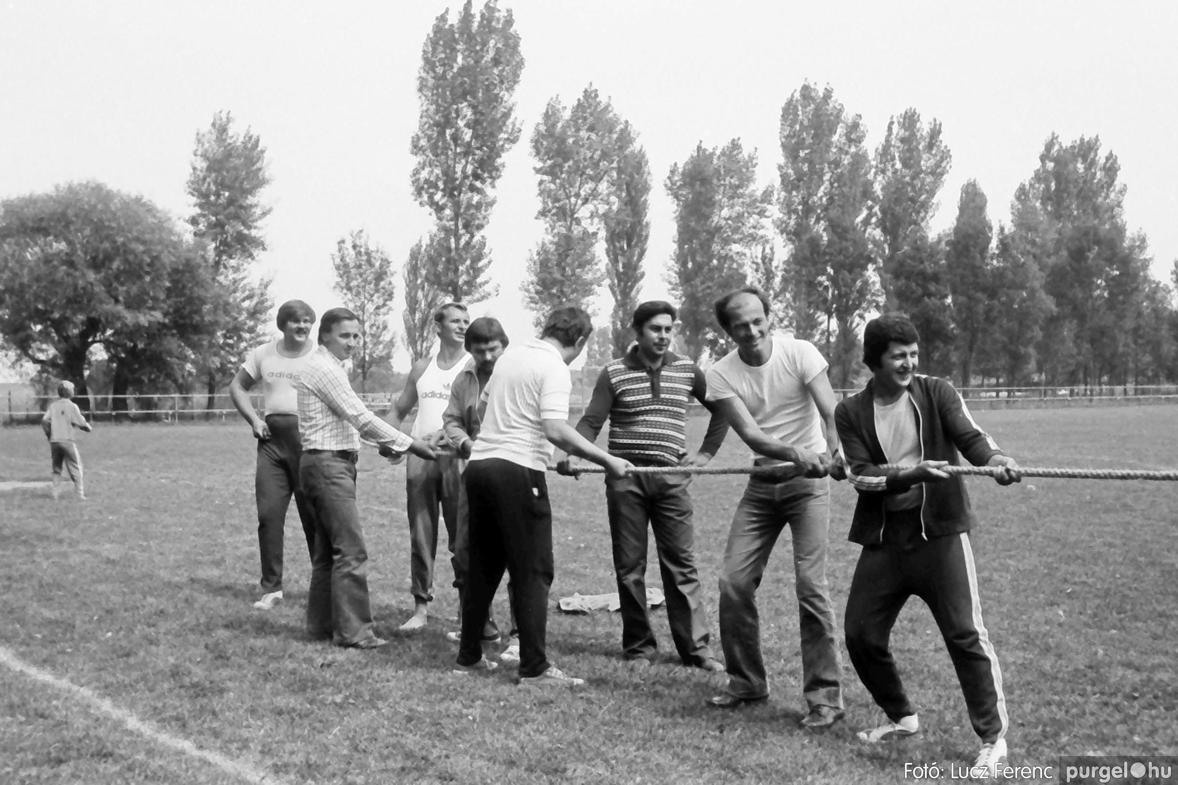 116. 1978. Kötélhúzás a sportpályán 001. - Fotó: Lucz Ferenc.jpg