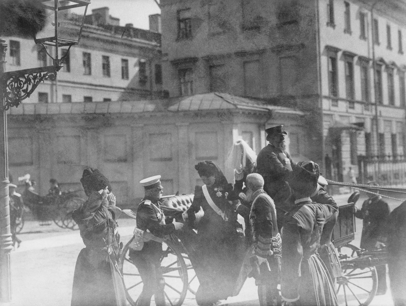 1901. Приезд императорской четы на службу в память о почившей Виктории-Аделгейде-Марии-Луизе, вдове немецкого императора Фридриха III в лютеранской кирхе Санкт-Петербурга