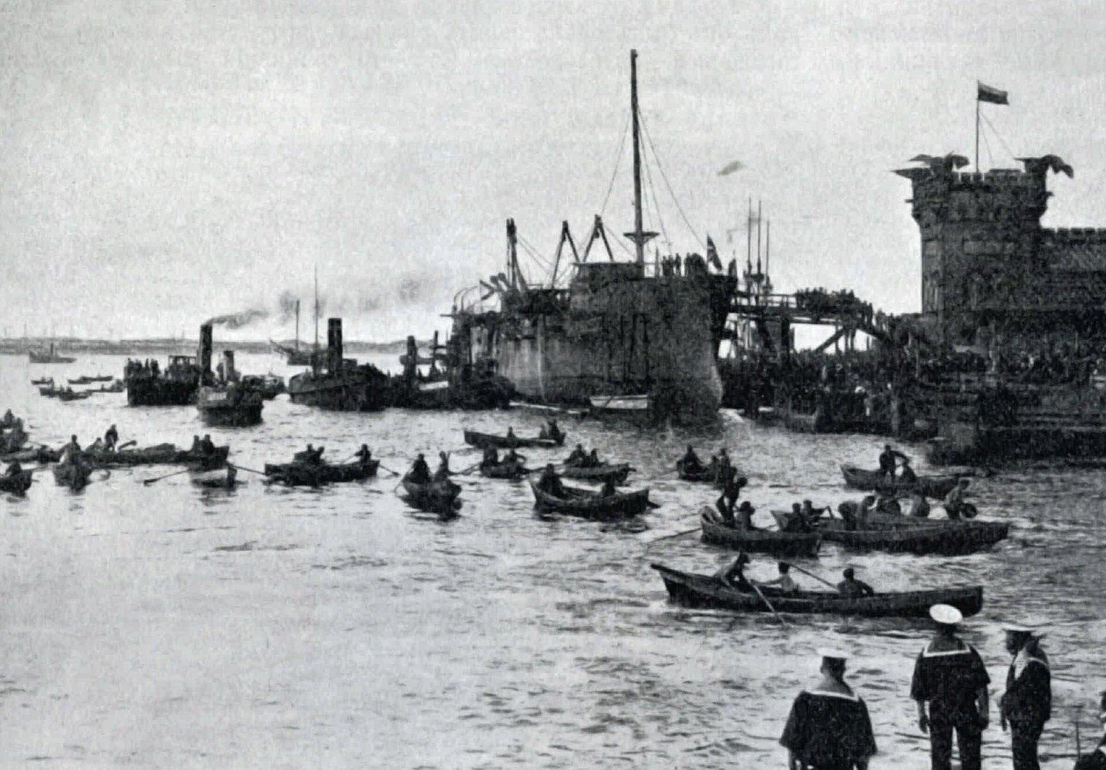 1906. Рабочие Балтийского завода собирают на воде сало для смазки, оставшиеся после спуска корпуса корабля