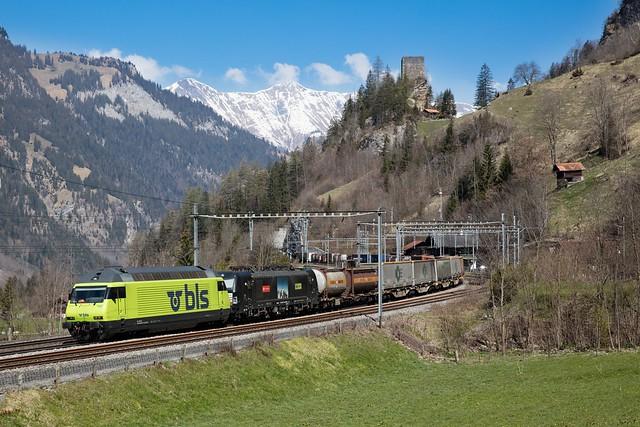 1M1A9684-Re 465 011 und 193 713 und einem HUPAC Zug bei Blausee-Mitholz