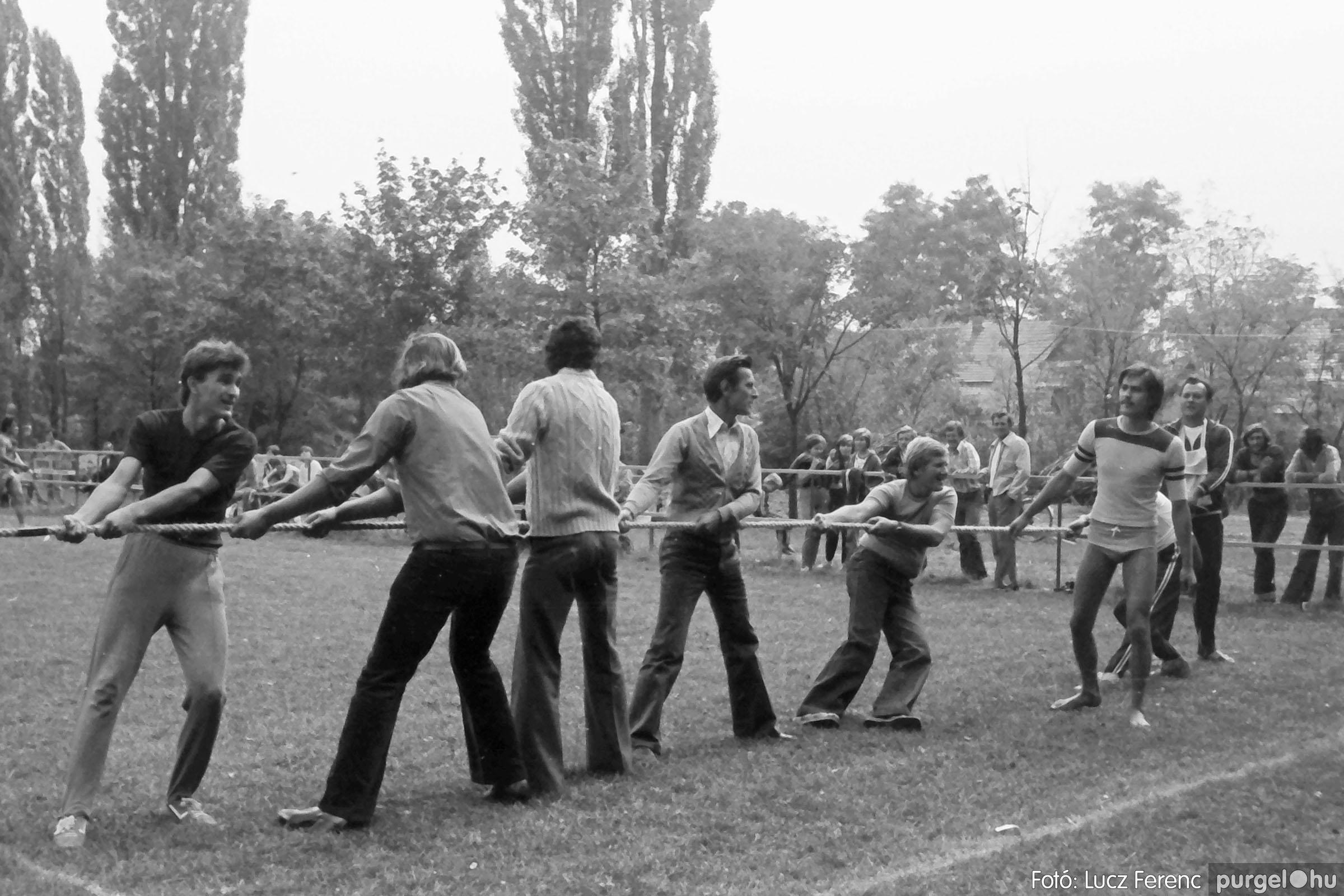 116. 1978. Kötélhúzás a sportpályán 002. - Fotó: Lucz Ferenc.jpg