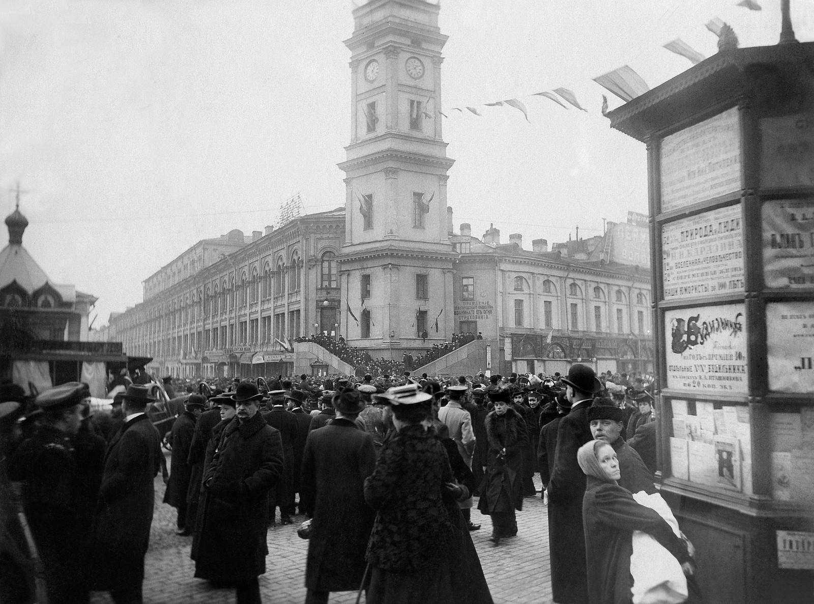 1905. Невский проспект у Городской думы