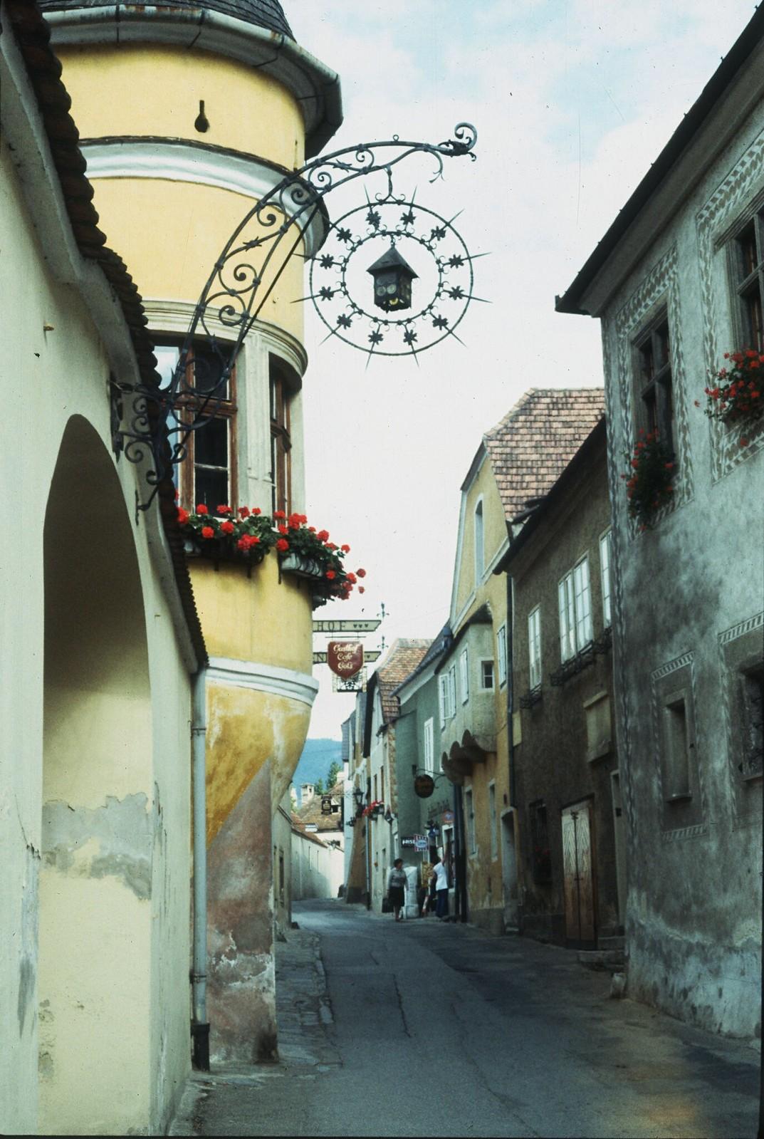 33. Узкая улочка в городе Дюрнштайн, в федеральной земле Нижняя Австрия