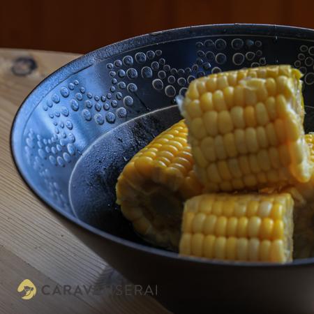 黒い器に盛られたゆでトウモロコシ