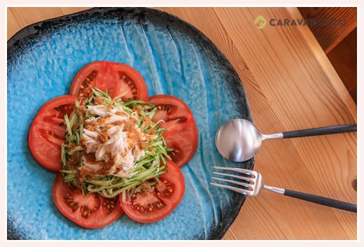 ブルーのお皿にサラダを持って おしゃれな食卓