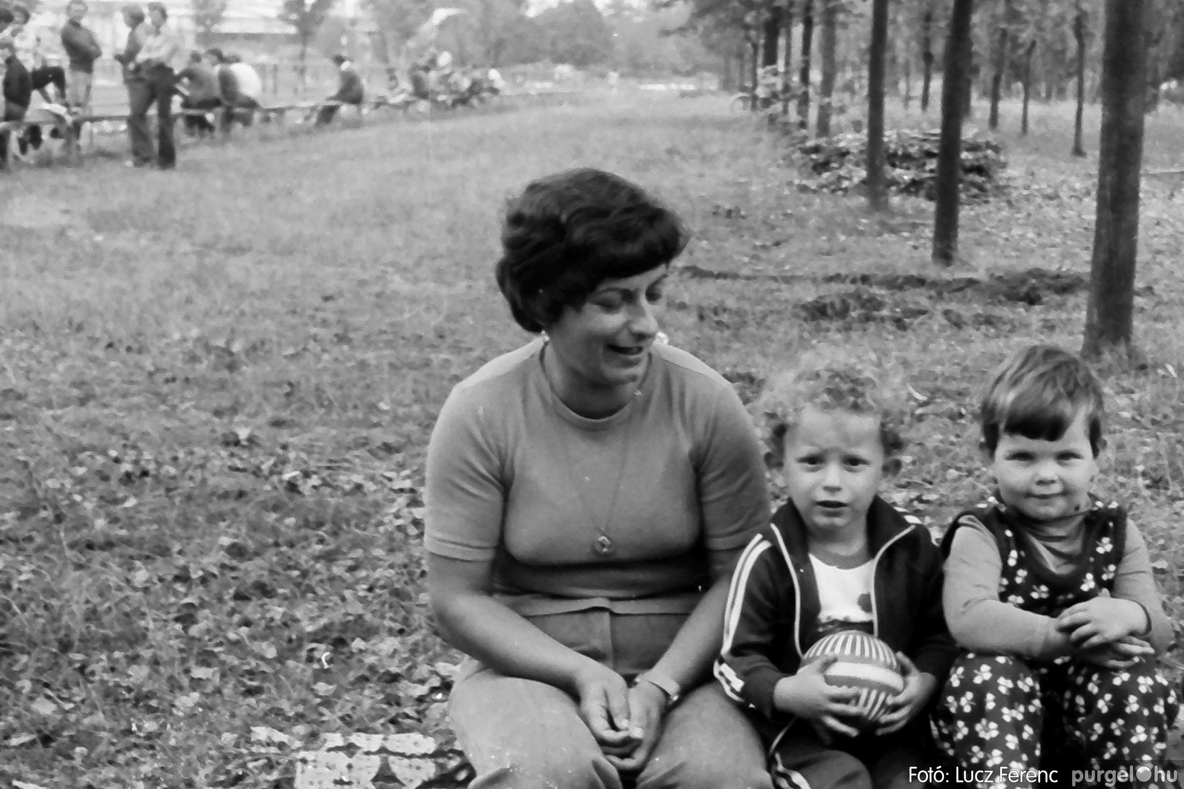 116. 1978. Kötélhúzás a sportpályán 011. - Fotó: Lucz Ferenc.jpg