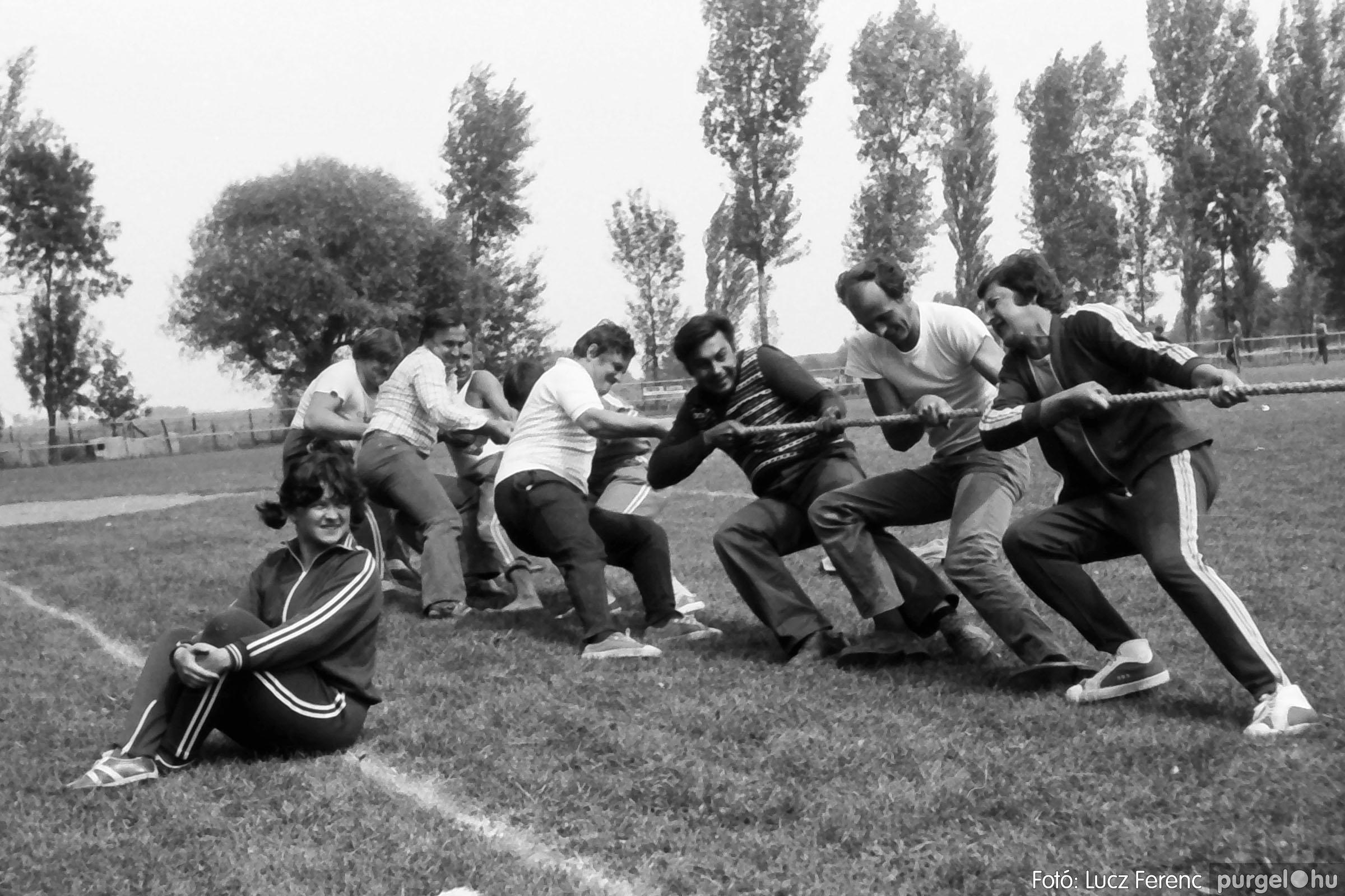 116. 1978. Kötélhúzás a sportpályán 005. - Fotó: Lucz Ferenc.jpg