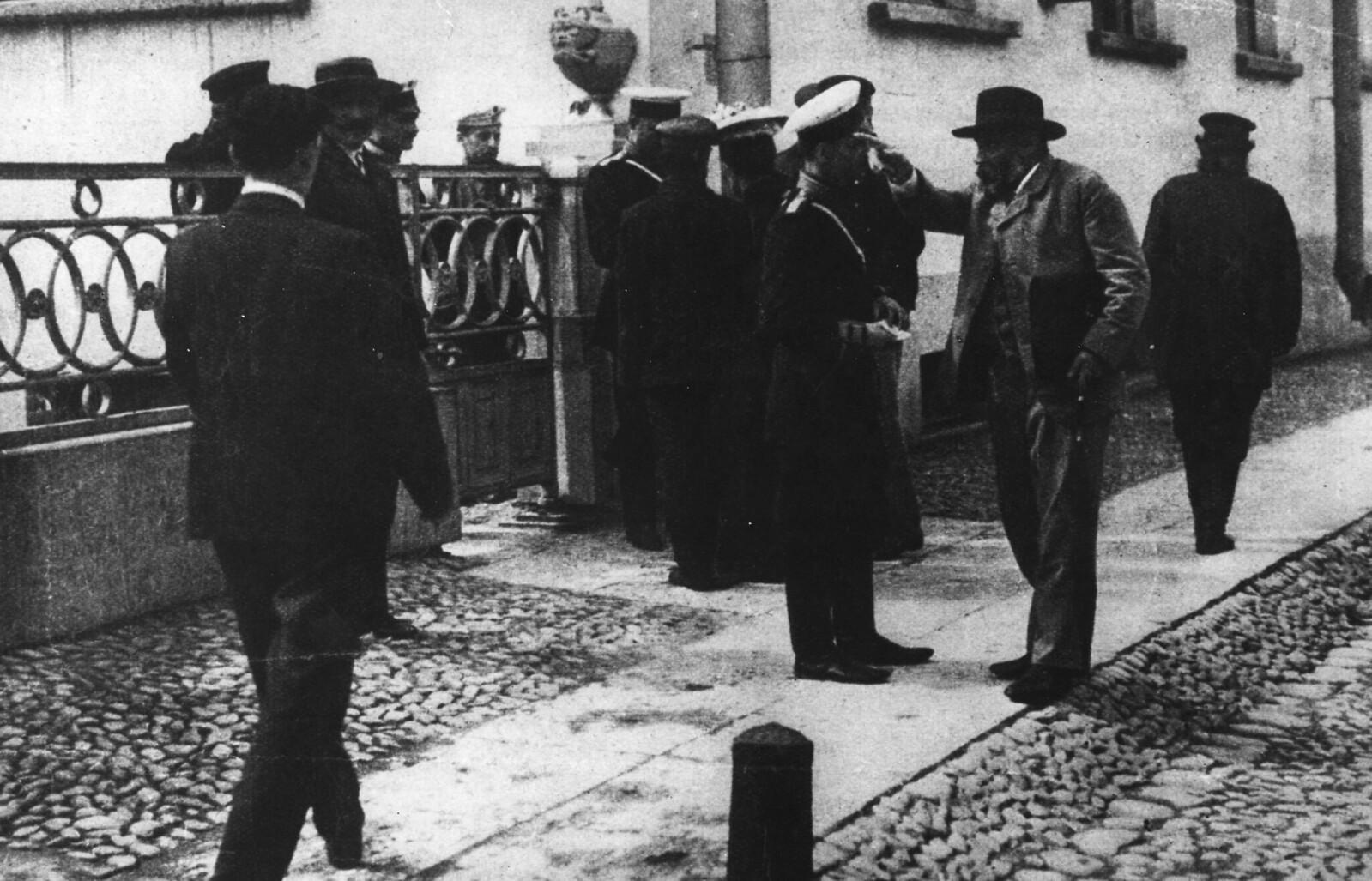 1906. У Таврического дворца после роспуска Государственной думы