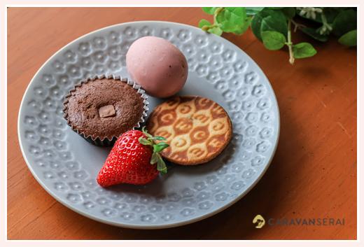 陶磁器の商品撮影: 平皿の上にお菓子とイチゴ