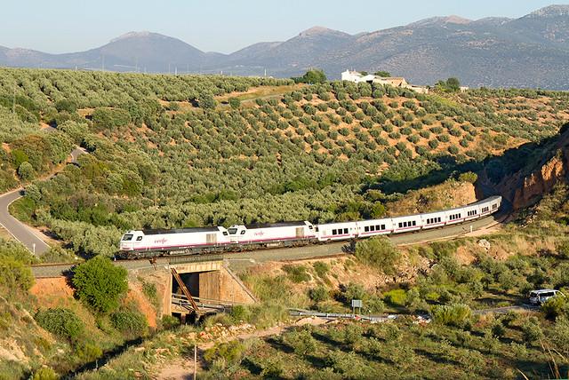 Talgo Granada-Madrid a su paso por Iznalloz