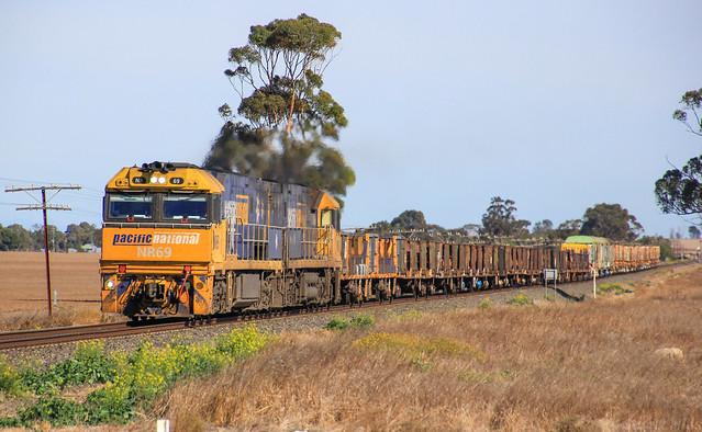 NR69 and NR6 run a decently loaded XM4 steel train through Dooen