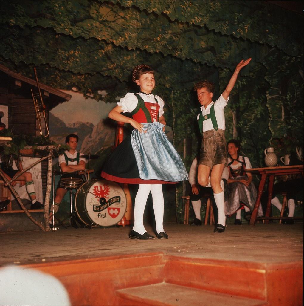 52. Группа детей-танцоров исполняет традиционный танец в Тироле