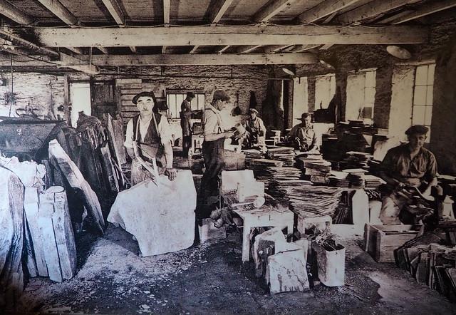 Fendage et taille des ardoises (vers 1950)