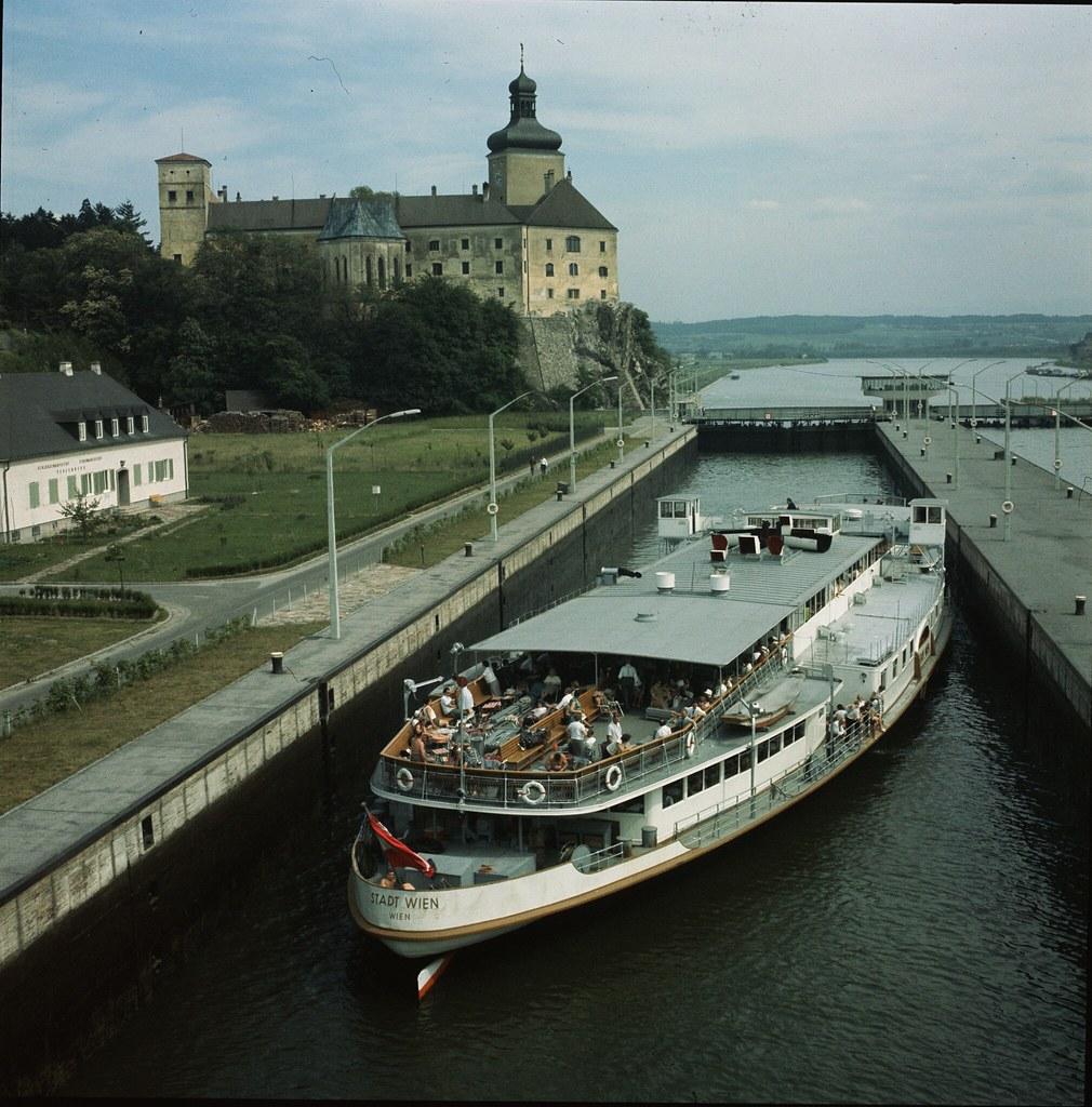 37. Судно ждет в шлюзах в городке Ибс, где река Ибс впадает в Дунай. Слева - городское аббатство