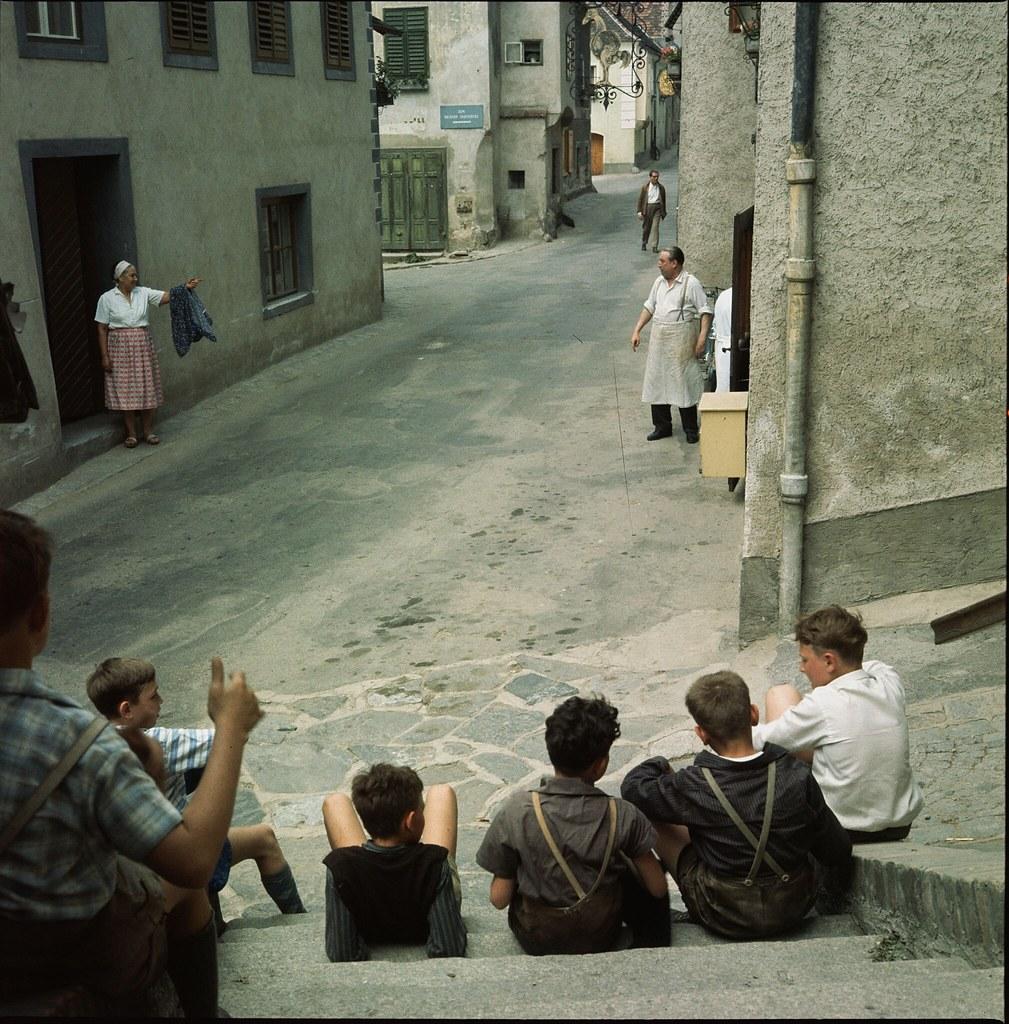 35. Дети сидят на ступеньках в конце узкой улочки в городе Дюрнштайн