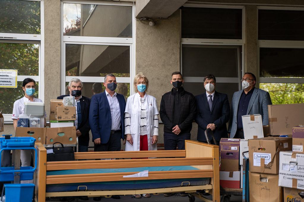 Orvosi eszközöket adományozott a Tisza-tavi Keresztyén Polgári Kör