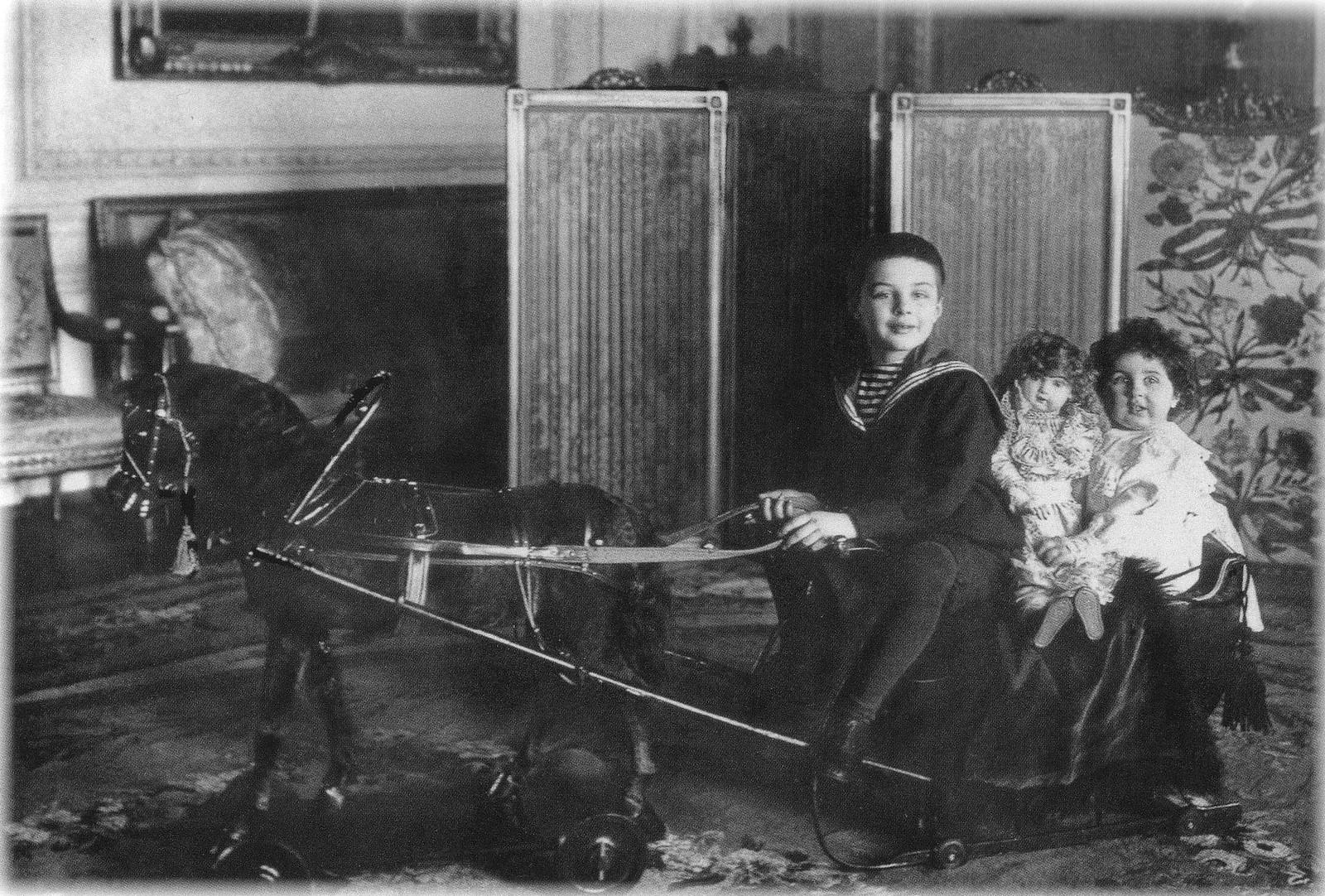 1903. Дети князя Л. М. Кочубея Евгений и Наталья в детской комнате особняка
