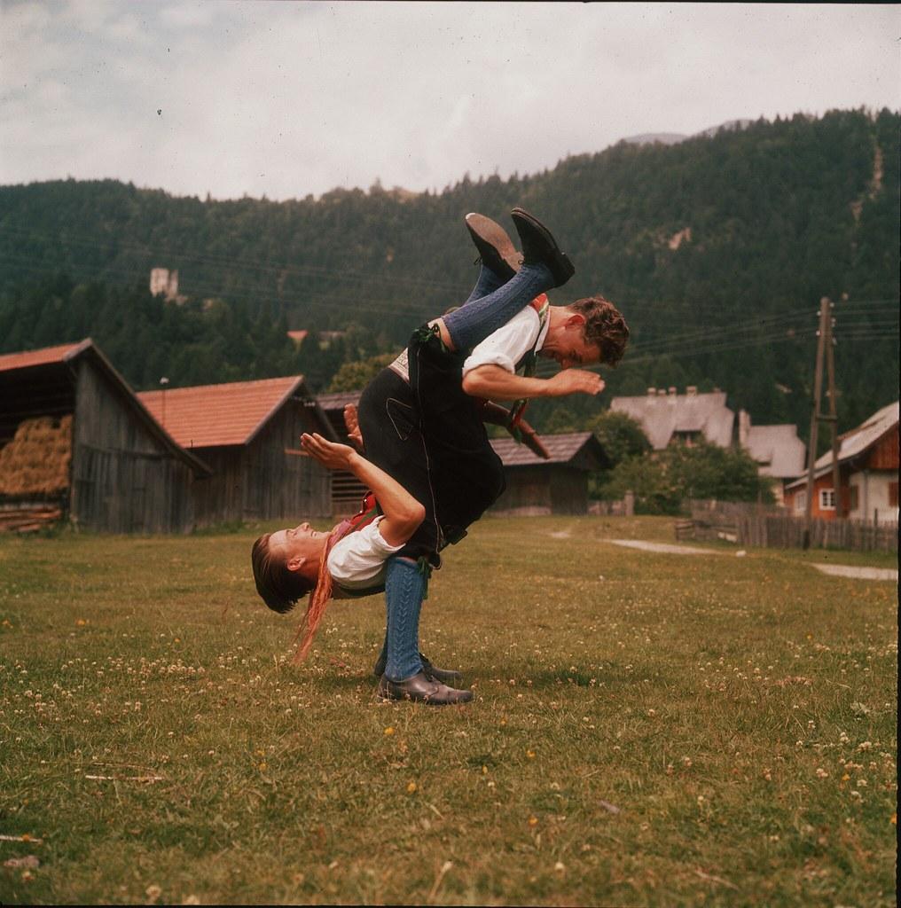 49. Двое австрийцев  из Тироля участвовали в танце «Хозенклопфер»