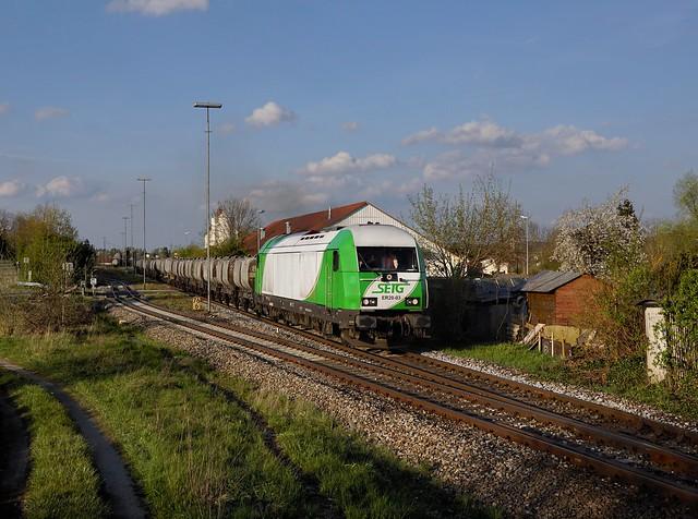 Die ER20-03 mit einem Kalkzug  am 03.05.2021 bei der Ausfahrt aus Neumarkt St. Veit.
