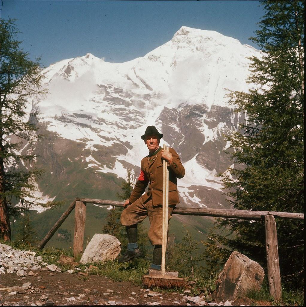 48. Австриец сидит перед заснеженной горой.