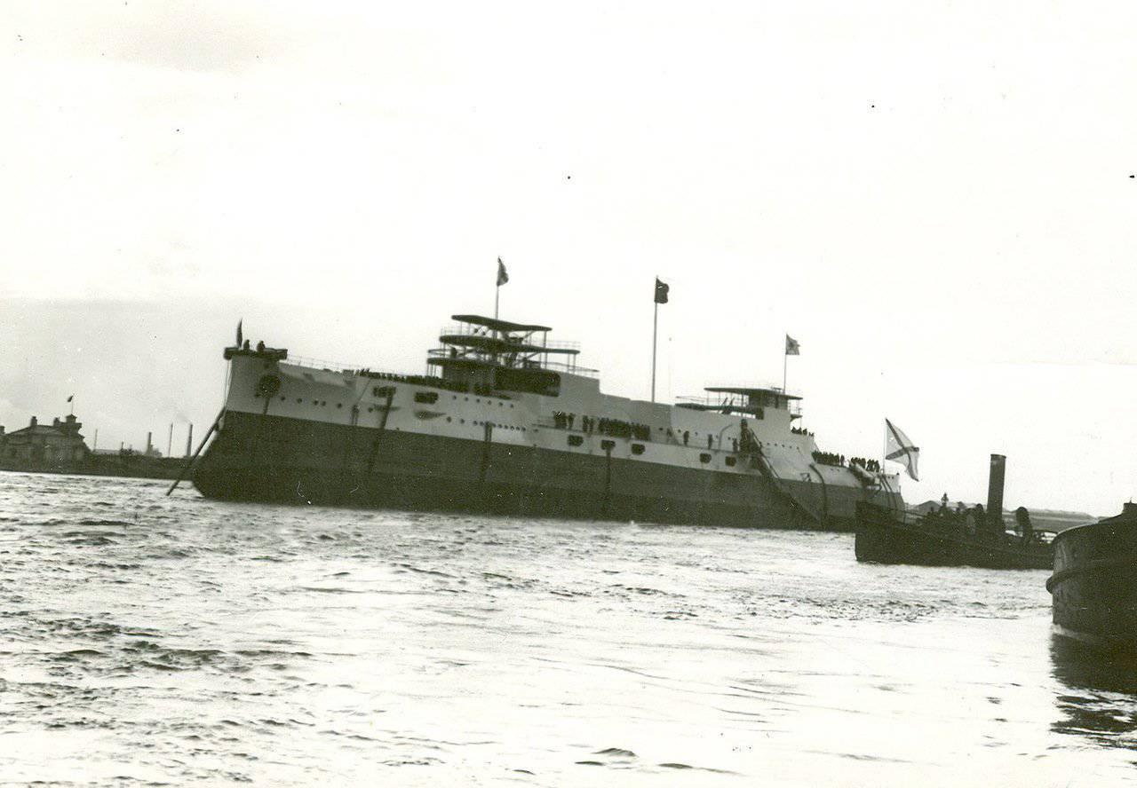 1907. Эскадра броненосца «Император Павел» на Неве в день спуска на воду. 25 августа