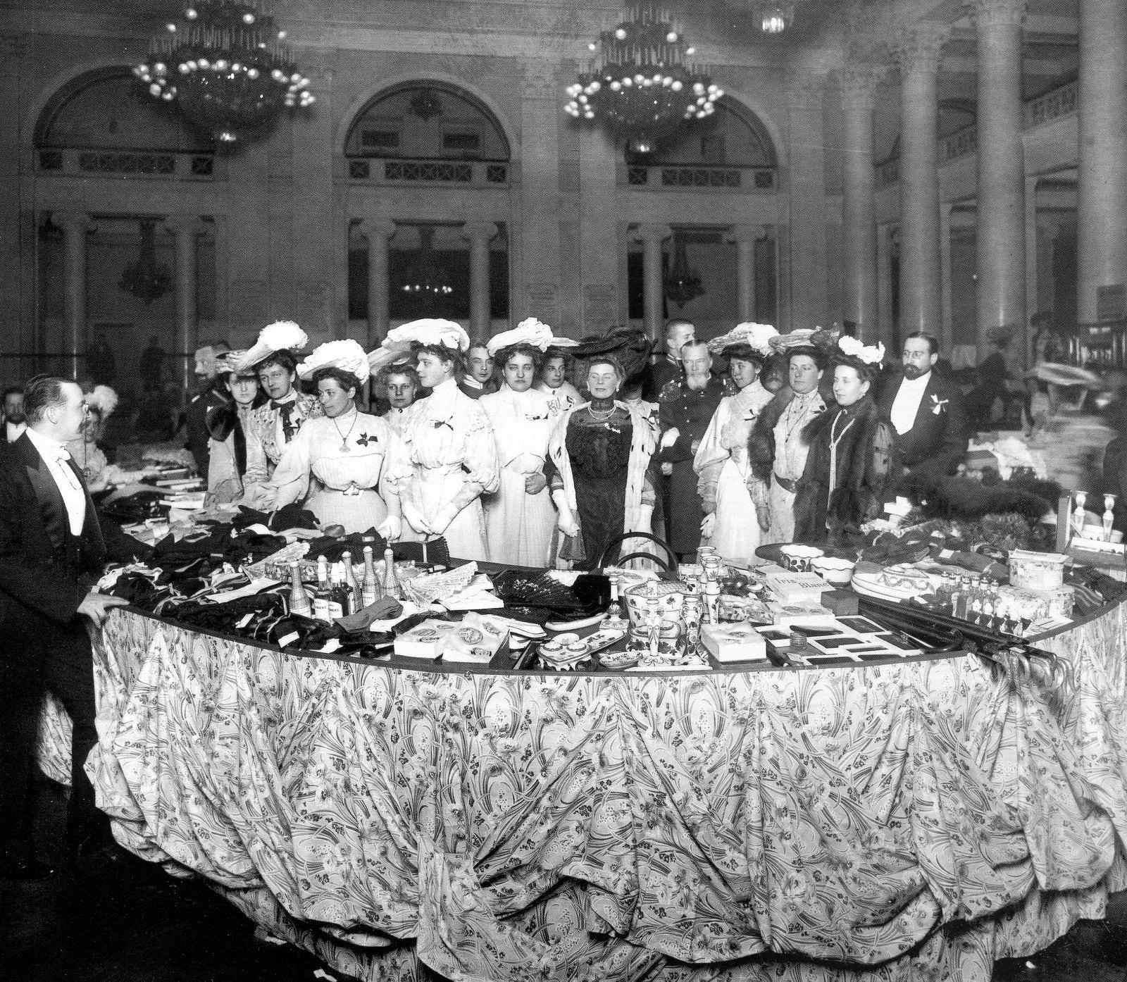 1903. Продажа крестьянских кустарных изделий на Рождественском благотворительном базаре