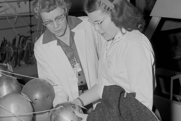 "Elizabeth ""Diz"" Graves and her daughter, Marilyn, in 1959"