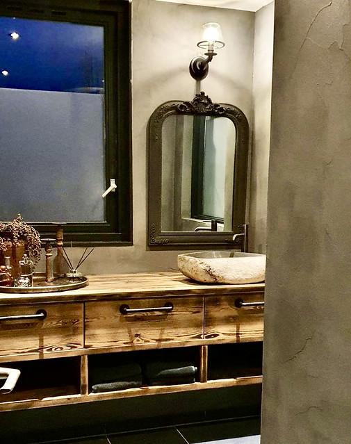 Landelijke sobere badkamer houten badmeubel houten spiegel