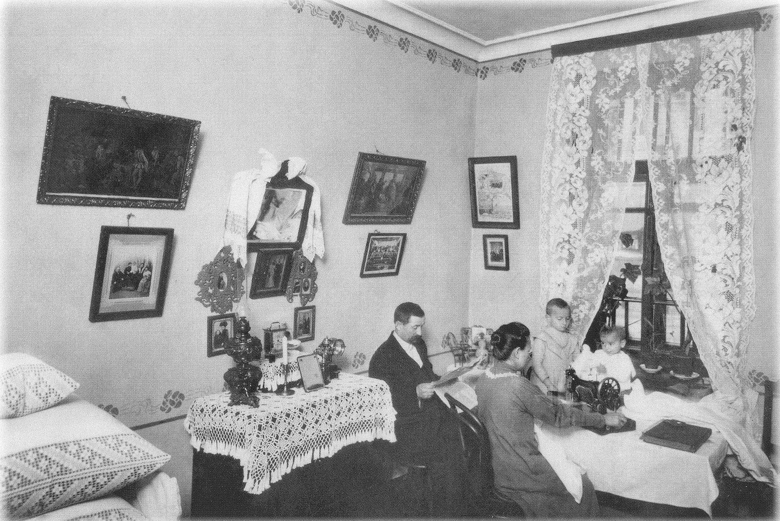 1906. Семья члена Товарищества по борьбе с жилищной нуждой в комнате нового дома